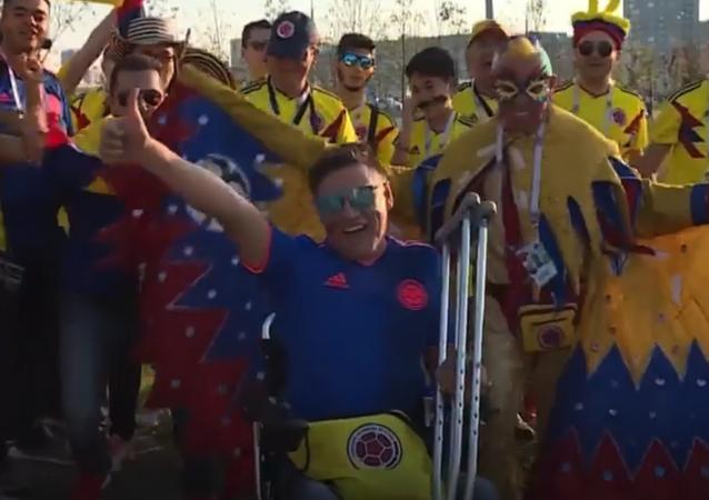 Los rusos le hacen un regalo indispensable a este hincha colombiano