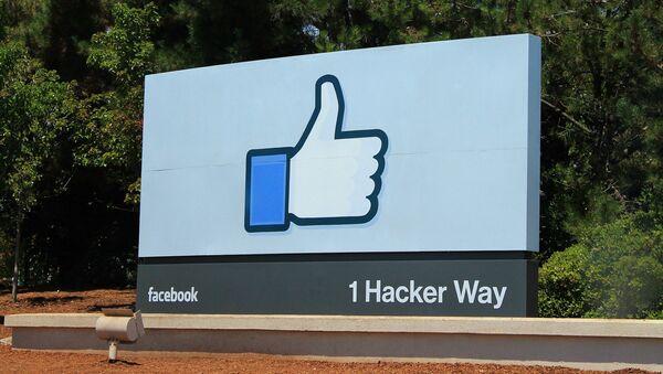 Logo de Facebook junto a la sede de la empresa (imagen referencial) - Sputnik Mundo