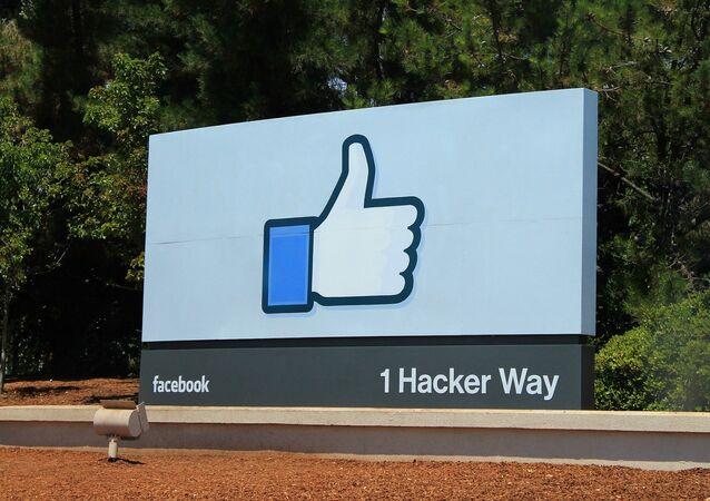 Logo de Facebook junto a la sede de la empresa (imagen referencial)