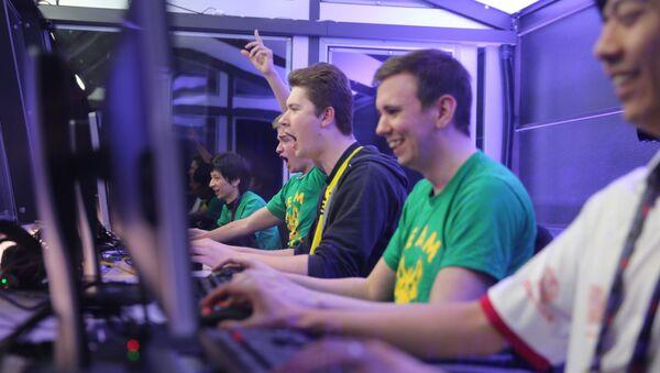 Unos jugadores de Dota 2 durante un torneo (archivo) - Sputnik Mundo