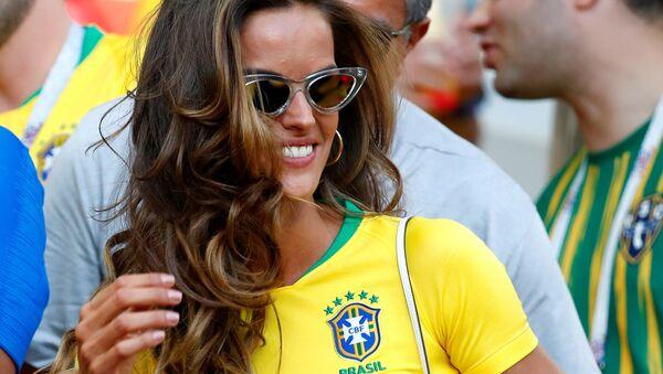Izabel Goulart, modelo brasileña, asiste el partido entre Brasil y Serbia en la fase de grupos del Mundial de Rusia - Sputnik Mundo