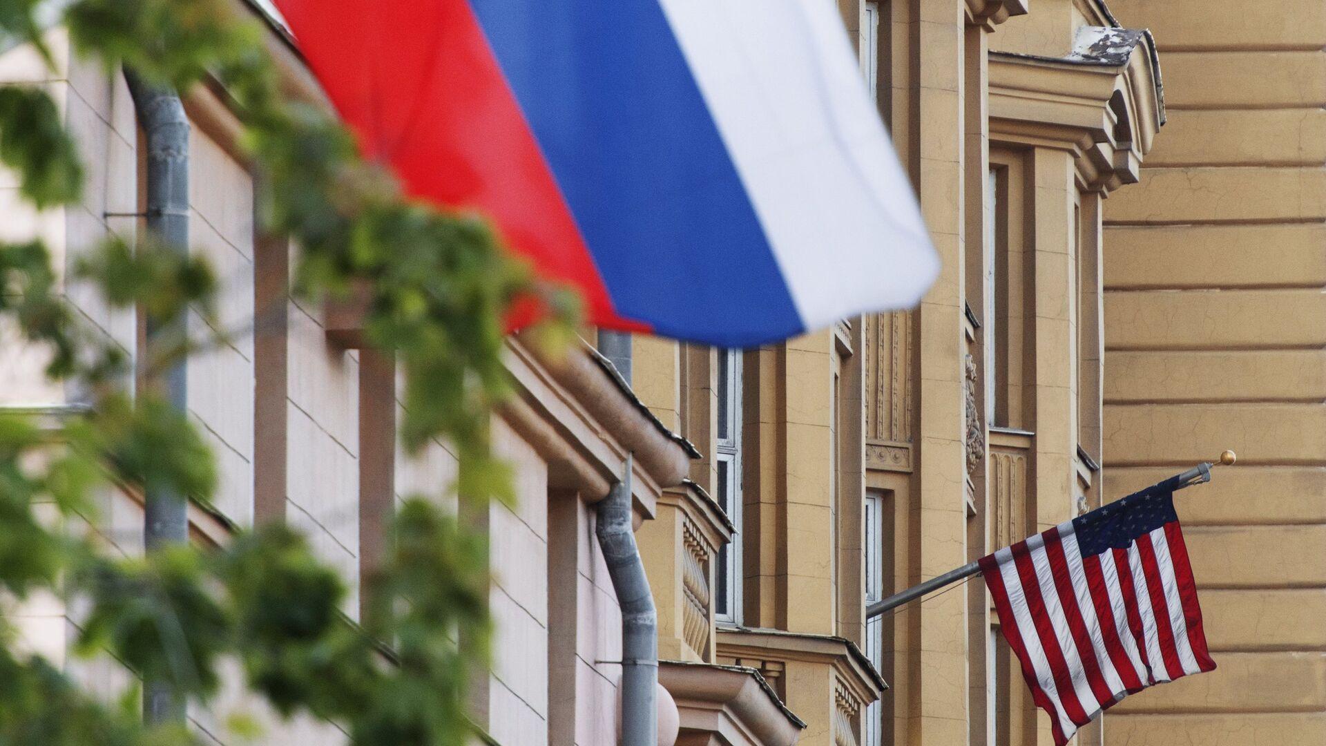 Banderas de EEUU y de Rusia en las proximidades de la Embajada de EEUU en Moscú. - Sputnik Mundo, 1920, 26.12.2020