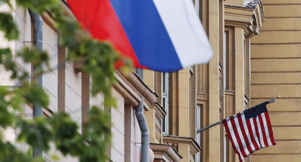 Banderas de EEUU y de Rusia en las proximidades de la Embajada de EEUU en Moscú.