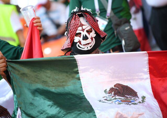 Un hincha mexicano en Rusia, ya listo para el carnaval del Dia de los Muertos