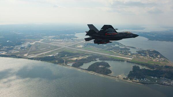 Un caza de quinta generación estadounidense F-35, de la modificacion para la Armada (F-35C), durante un vuelo - Sputnik Mundo