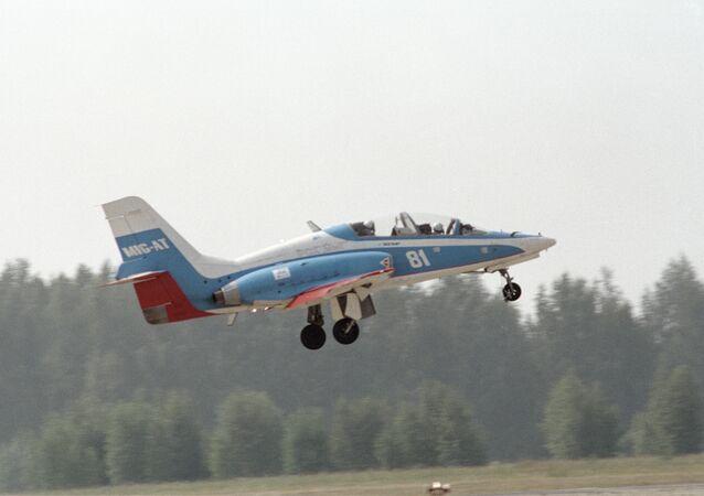 El avión de entrenamiento MiG-AT