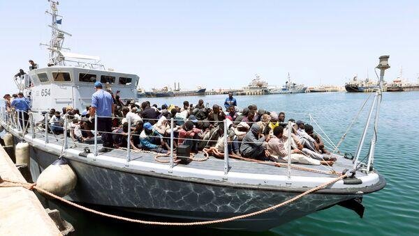 Un barco con migrantes (imagen referencial) - Sputnik Mundo