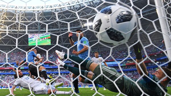El jugador uruguayo Edinson Cavani anota un gol en la portaría del Ruso Ígor Akinfeev en la fase de grupos del Mundial de Rusia 2018 - Sputnik Mundo