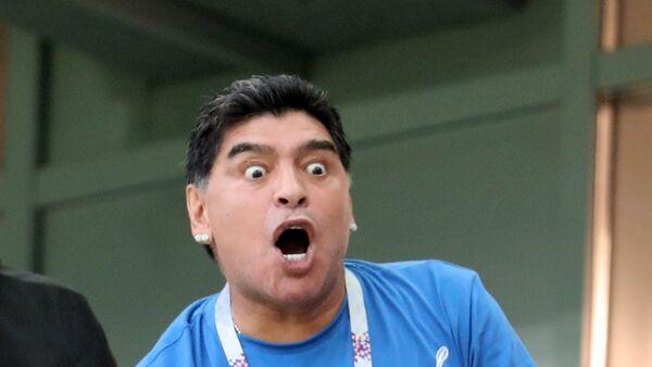 Exfutbolista argentino Diego Maradona mirando - Sputnik Mundo