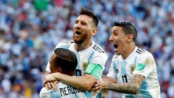 Leo Messi (centro), futbolista argentino - Sputnik Mundo