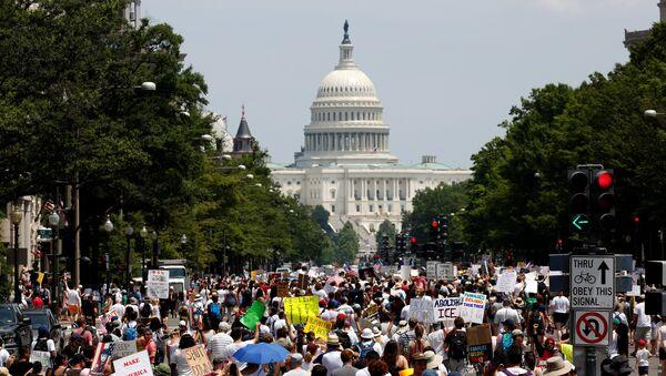 Manifestantes protestan en Washigton DC por el fin de la política migratoria de 'tolerancia cero' en EEUU implantada por el actual presidente del país, Donald Trump - Sputnik Mundo