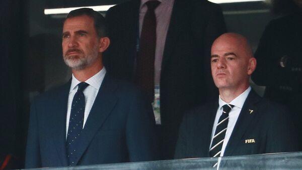 El rey de España Felipe y el presidente de la FIFA Gianni Infantino en el partido entre España y Rusia - Sputnik Mundo