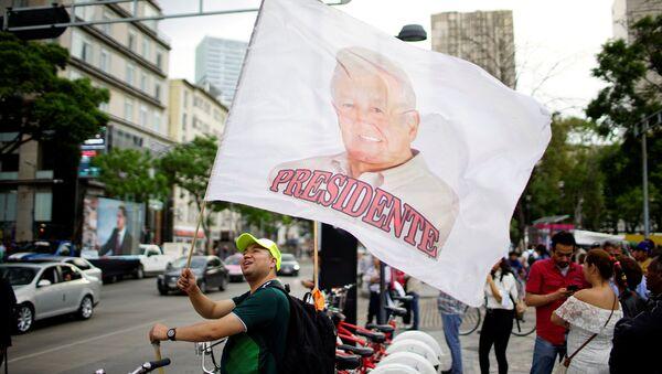 Bandera con retrato de Andrés Manuel López Obrador - Sputnik Mundo