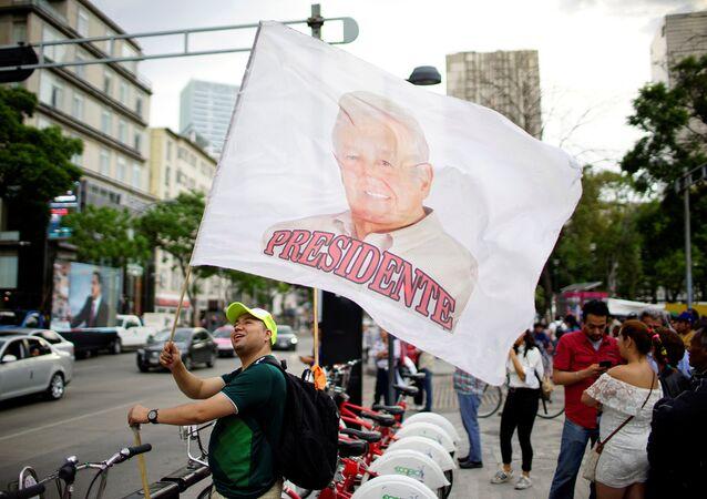 Bandera con retrato de Andrés Manuel López Obrador