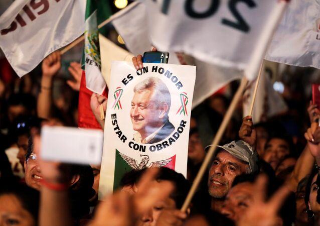 Los partidarios de Andréa Manuel López Obrador con un cartel