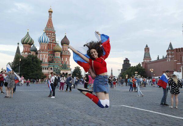 Locura en las calles de Moscú: Rusia celebra la victoria frente a España - Sputnik Mundo