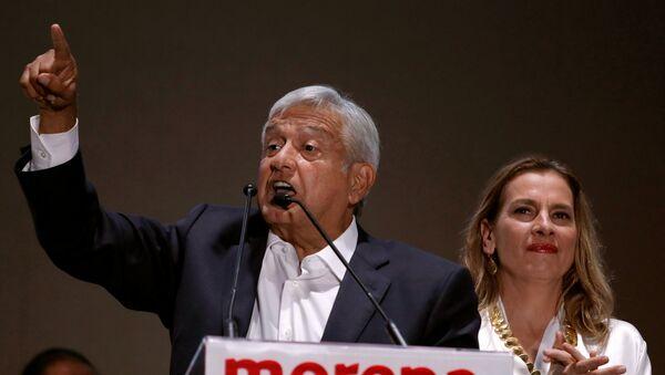 El presidente electo de México, Andrés Manuel López Obrador, junto a su esposa Beatriz Gutiérrez Muller. - Sputnik Mundo