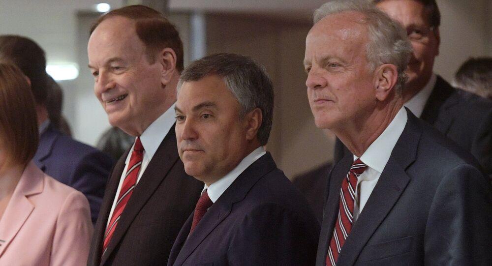 Los senadores Richard Shelby (izda.) y Jerry Moran (dcha.), junto con el presidente de la Duma de Estado, Viacheslav Volodin