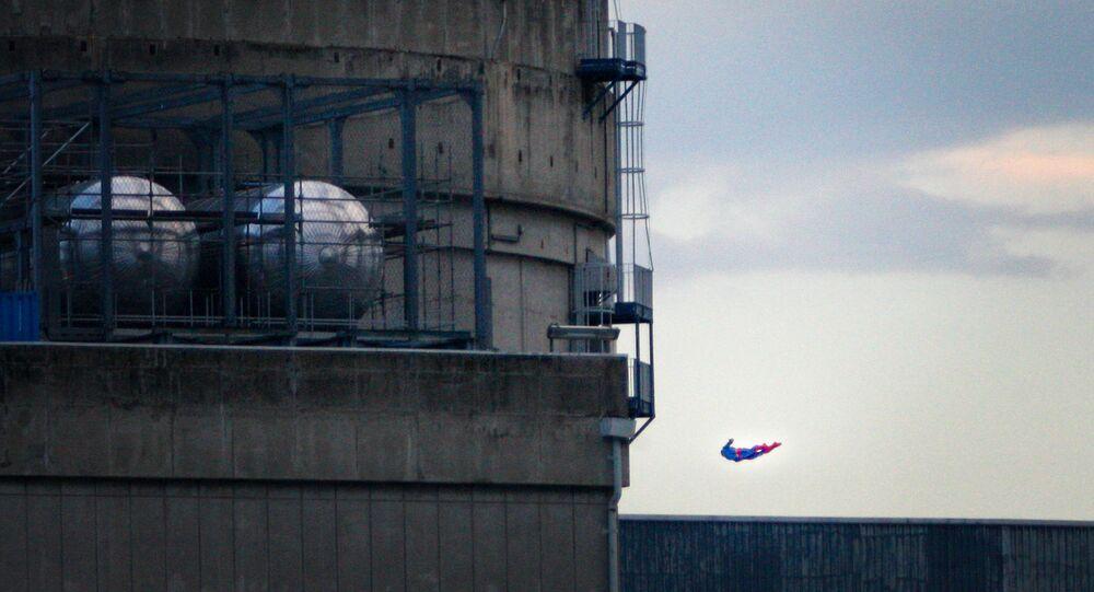 El dron en forma de superman cerca del edificio de la central nuclear de Bugey, Francia