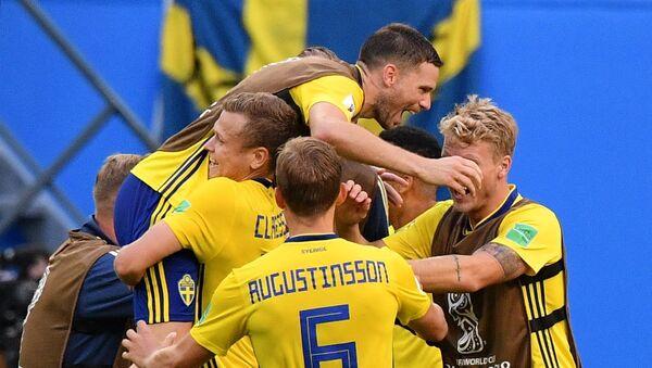 La selección de Suecia tras su victoria ante Suiza - Sputnik Mundo