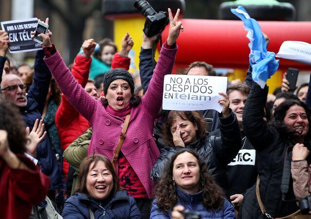 Empleados de la agencia argentina Télam manifestándose contra los despidos.