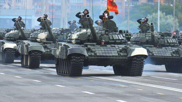 Tanques T-72B durante el desfile militar para conmemorar el Día de la Independencia de Bielorrusia, Minsk, 3 e julio de 2018 - Sputnik Mundo