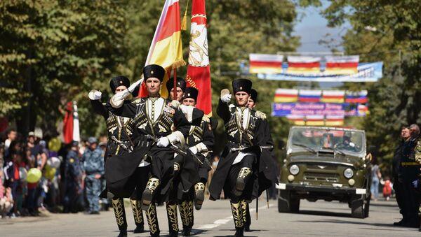 Desfile por motivo del XXV aniversario de la independencia de Osetia del Sur en Tsjinval en 2015 - Sputnik Mundo