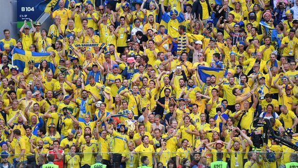 Hinchas suecos celebran la victoria de su selección sobre Suiza en los octavos de final - Sputnik Mundo