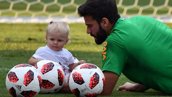 El arquero brasileño Alisson Becker y su hija Helena - Sputnik Mundo