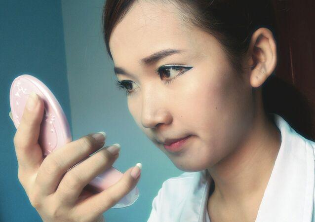 Maquillaje de una joven asiática
