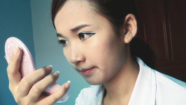 Maquillaje de una joven asiática - Sputnik Mundo