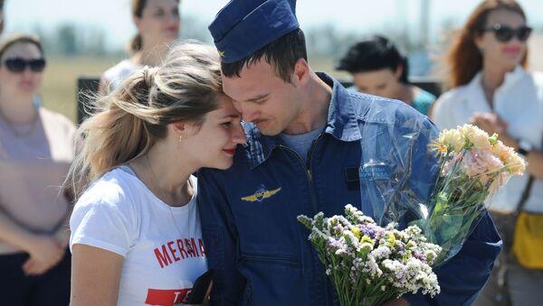 Rusia da una cálida bienvenida a sus pilotos regresados de Siria - Sputnik Mundo