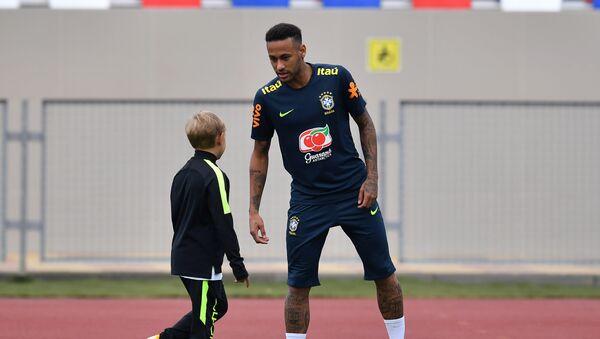 El futbolista brasileño Neymar juega con su hijo Davi Lucca - Sputnik Mundo