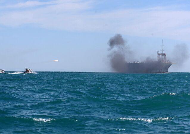 Maniobras navales en el estrecho de Ormuz (archivo)
