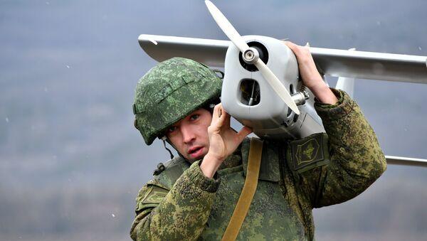 Soldado ruso con un dron (Archivo) - Sputnik Mundo