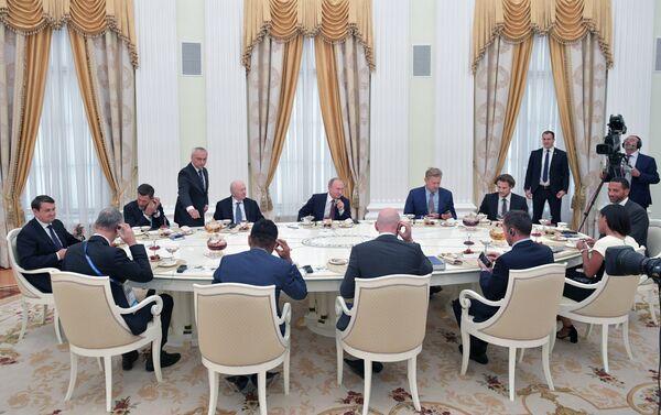 El presidente de Rusia, Vladímir Putin se reune con estrellas del fútbol en el Kremlin - Sputnik Mundo