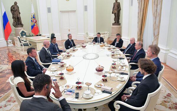 El presidente de Rusia, Vladímir Putin se reune con estrellas del fútbol - Sputnik Mundo
