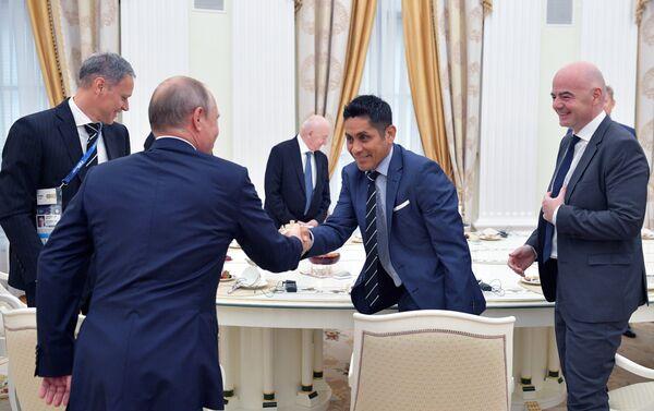 El presidente de Rusia, Vladímir Putin y el futbolista mexicano, Jorge Campos en el Kremlin - Sputnik Mundo