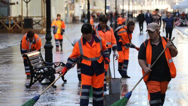 Equipos de limpieza en la calle Nikólskaya - Sputnik Mundo