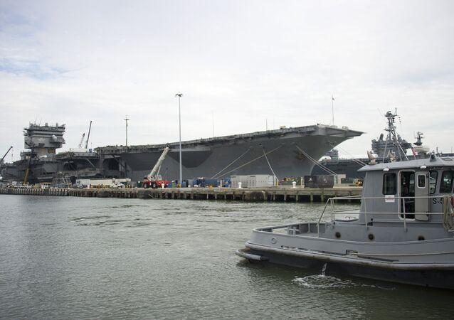 El portaviones USS Enterprise en la base naval de Norfolk