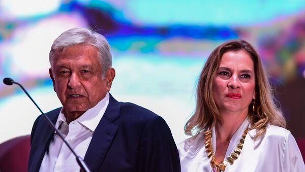 Beatriz Gutiérrez Müller y Andrés Manuel López Obrador. - Sputnik Mundo