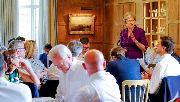 Theresa May, primera ministra del Reino Unido, durante una sesión en su residencia campestre de Chequers - Sputnik Mundo