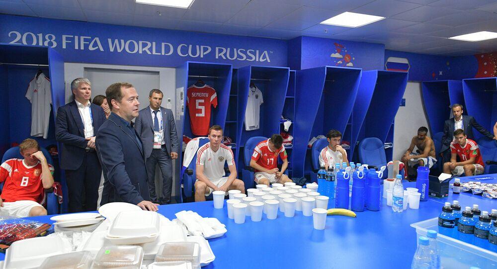 El primer ministro de Rusia Dmitry Medvedev en el vestuario de la selección rusa