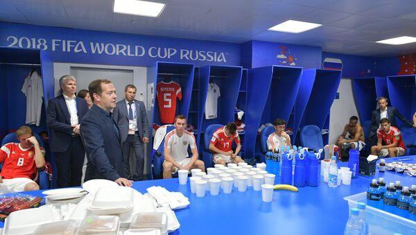 El primer ministro de Rusia Dmitry Medvedev en el vestuario de la selección rusa - Sputnik Mundo