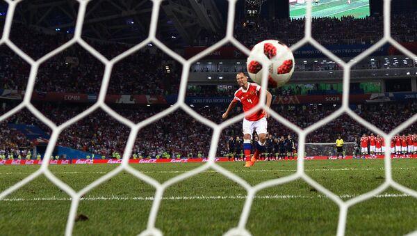 Serguei Ignashevich (Rusia) marca un gol durante un penal - Sputnik Mundo