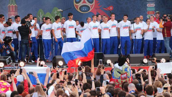 Moscú recibe la selección rusa de fútbol tras la derrota contra Croacia - Sputnik Mundo