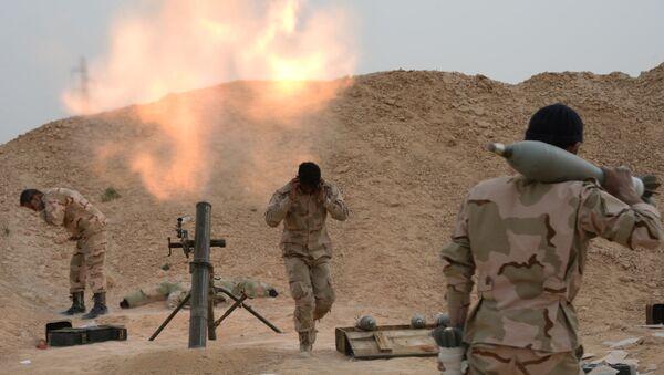 Los militares sirios disparan de un mortero - Sputnik Mundo