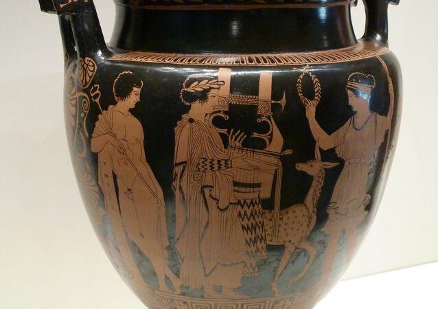 Un ánfora con imagen de un griego tocando arpa