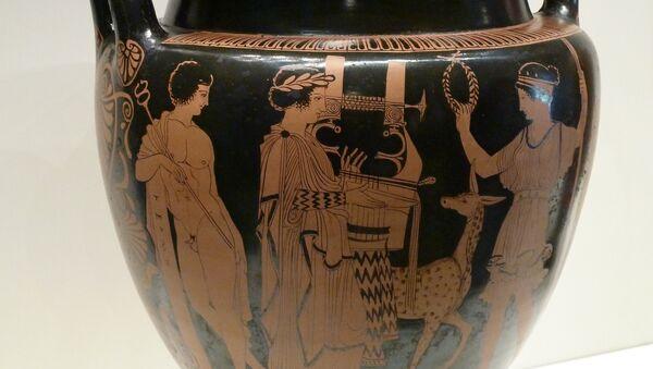 Un ánfora con imagen de un griego tocando arpa - Sputnik Mundo