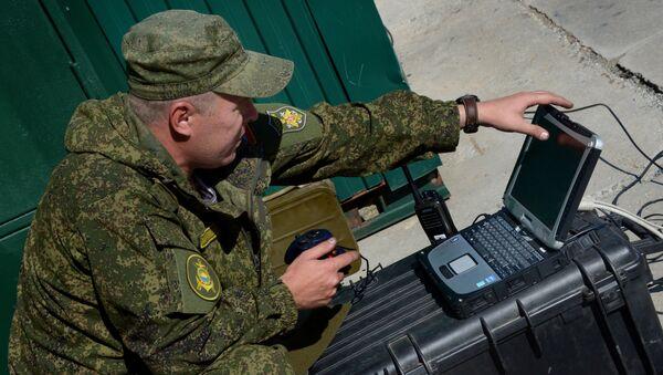 Un militar ruso con un portátil (imagen referencial) - Sputnik Mundo